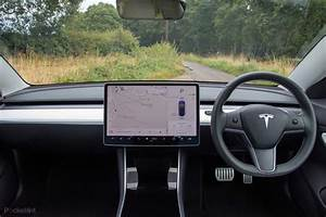 Tesla Model 3 Interior BARE minimum and costs $200,000 in Singapore! - www.hardwarezone.com.sg