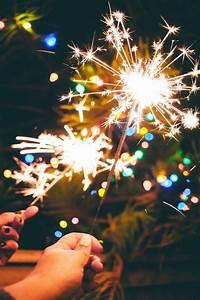 imagen de bengalas encendidas en la noche para celebrar