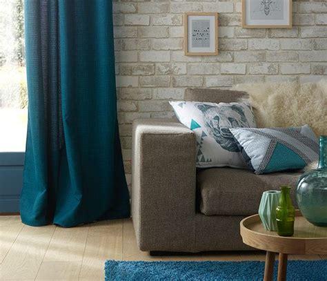 bleu canard et taupe d 233 co salon un salon dynamis 233 par des touches de bleu canard des rideaux au tapis en passa