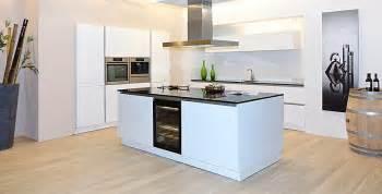 küche kochinsel schüller musterküche grifflose luxus küche in kristallweiß hochglanz mit traumhaften schwarzen