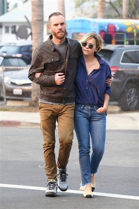 Emilia is reported to be dating assistant director tom. Street Style - Emilia Clarke and her new boyfriend Charlie McDowell Out in Venice Beach - JustFabzz
