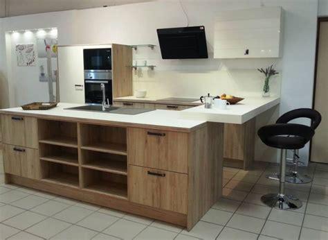 cuisine effet bois cuisine équipée aspect bois et laque mate avec bar à voir