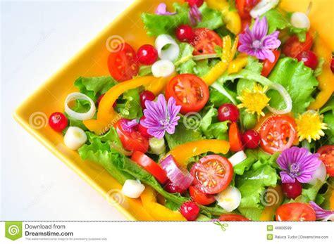 cuisiner avec des fleurs salade avec des fleurs fruits et légumes photo stock