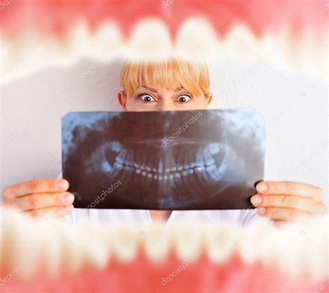 interno bocca bocca con denti dall interno e dentista tenendo risultati