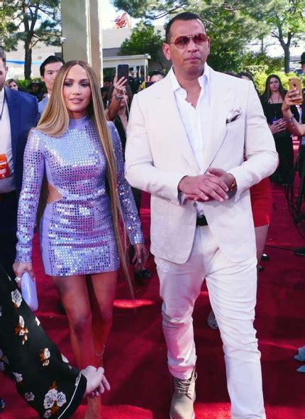 MidiaNews   Com o namorado, Jennifer Lopez escolhe vestido ...