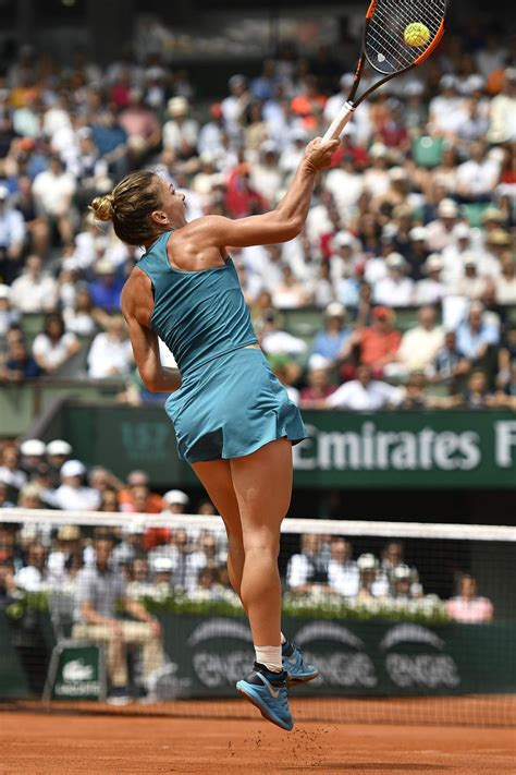 French Open 2018: Simona Halep wears the look of a favourite after crushing Elise Mertens to reach quarter-finals | The Independent