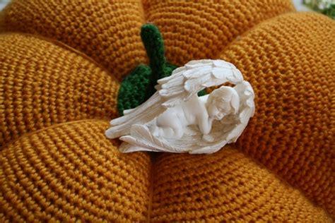 la place du convive juai dispos une assiette de prsentation orange recouverte duune assiette