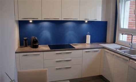 cuisine blanche et bleue réalisations cuisine 16 créatif indépendant