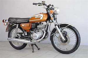 Moto Suzuki 125 : suzuki gt 125 de 1974 d 39 occasion motos anciennes de collection japonaise motos vendues ~ Maxctalentgroup.com Avis de Voitures