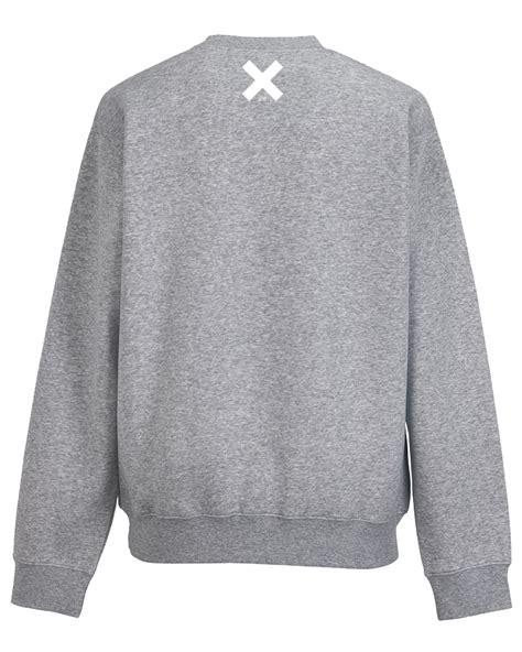 grey sweater becks red becks