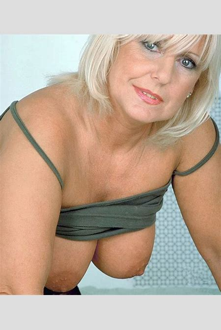 Séduction cougar avec une MILF belle toute nue