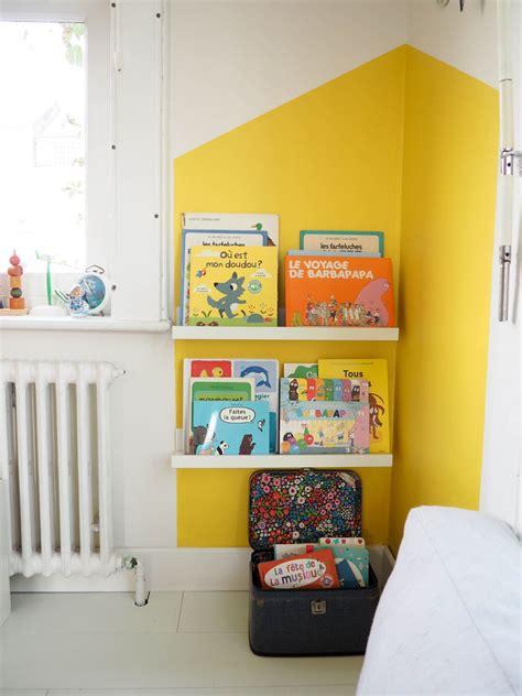 quel mur peindre dans une chambre peinture salon jaune
