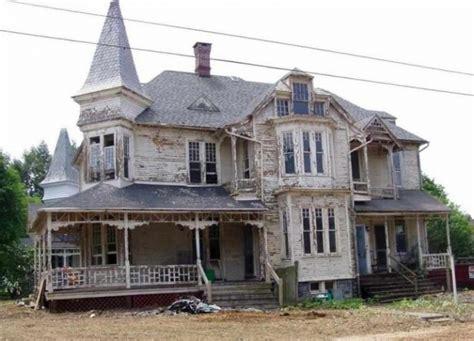 Vecu ēku novērtēja par nederīgu dzīvošanai un gatavojās to ...