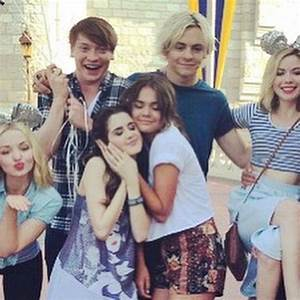 Laura Marano, Maia Mitchell, Ross Lynch, Dove Cameron, and ...