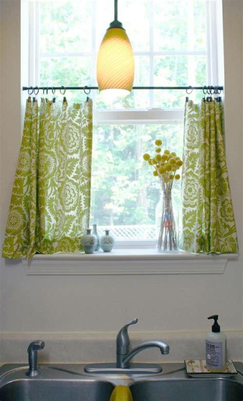 Gardinen Für Küchenfenster by Ein Kleines Fenster Mit Gr 252 Nen Gardinen 252 Ber Dem