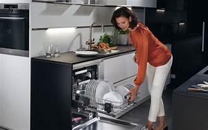 Küche Praktisch Einräumen : aeg comfortlift der entgegenkommende geschirrsp ler ~ Markanthonyermac.com Haus und Dekorationen