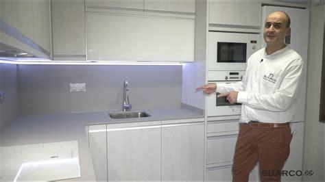 cocina moderna pequena  color roble ceniza forma de
