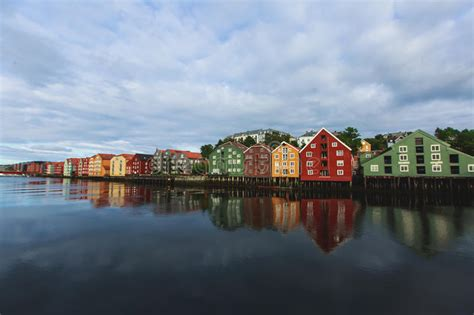 häuser in norwegen verschiedene farbige h 228 user in trondheim norwegen stockfoto bild h 227 164 user stadt 77322058