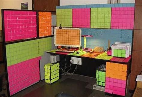 mettre un post it sur le bureau un retour au bureau sur le ton de l humour l4m le