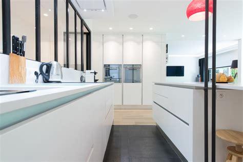 la cuisine dans le bain réalisation d 39 une cuisine ouvert avec îlot central dans
