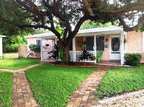 Cocoa Beach Downtown 2 Bedroom Cottage Pet Friendly Walk