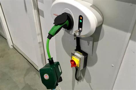 sajakah jenis colokan mobil listrik
