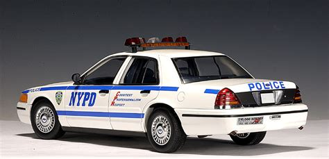 1 18 police car with autoart ford crown victoria police car nypd 72703 in 1