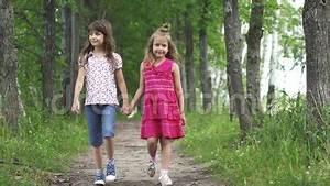3 Filles Qui Chantent : deux petites filles tiennent les mains et la promenade en bas de l 39 all e verte les enfants ~ Medecine-chirurgie-esthetiques.com Avis de Voitures