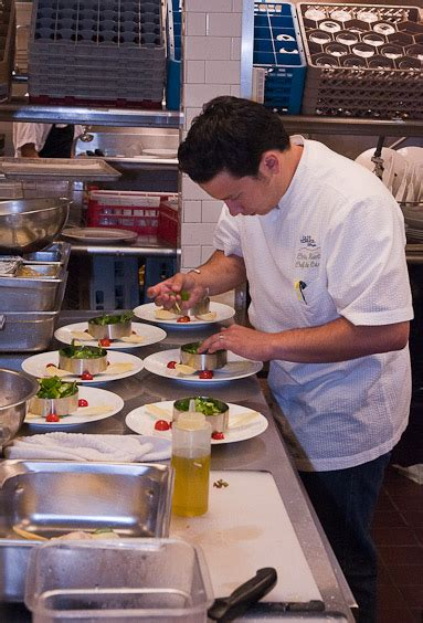 sous chef de cuisine in the kitchen with chef johannes klapdohr schmackofatz pratesi living