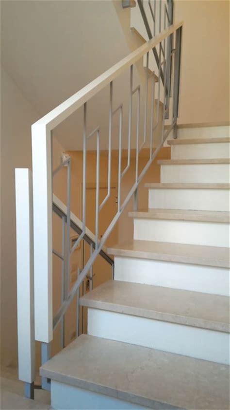 corrimano in legno per scale nuovo corrimano in legno laccato bianco opaco su parapetto