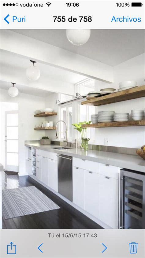 idea cocina blanca encimera gris clarito  estanteria