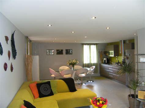 plafond avec spots integres plafond et mur tendu