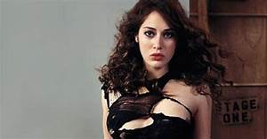 Lizzy Caplan Photos, Galleries and Videos