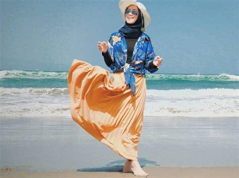 ide outfit hijab liburan  pantai ala selebgram simpel  nyaman okezone muslim
