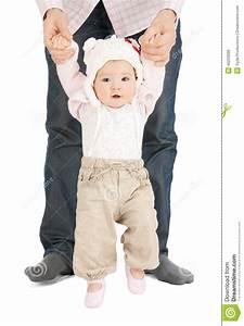 Erste Schritte Baby : baby das erste schritte mit vaterhilfe macht stockfoto bild von familie wenig 40220698 ~ Orissabook.com Haus und Dekorationen