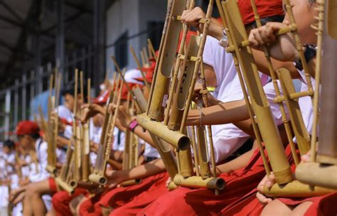 Alat musik ini terbuat dari bambu yang dipotong ujungnya dan dibunyikan dengan menggoyangkannya. Budaya Indonesia yang Menarik dan Mendunia beserta Penjelasannya
