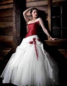 Brautkleid Mit Farbe : brautkleid in rot bedeutung der farbe und tipps f r mutige br ute ~ Frokenaadalensverden.com Haus und Dekorationen