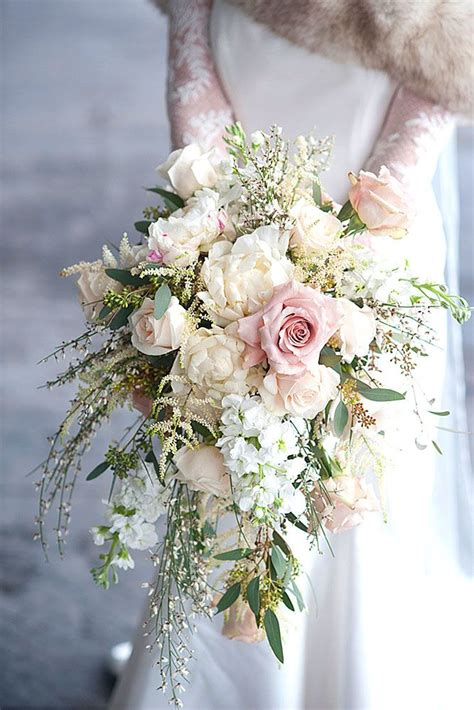 prettiest small wedding bouquets     hold