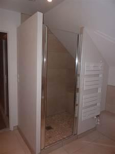 douche sous pente charmant carrelage salle de bain gris With porte de douche coulissante avec amenagement salle de bain dans les combles