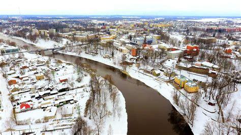 Foto: Gauja un sniegotā Valmiera no putna lidojuma ...