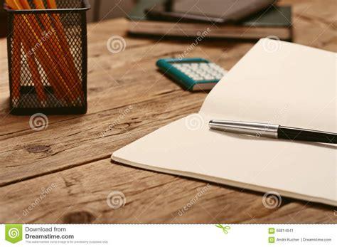 sur le bureau sur le bureau ouvrez le bloc notes avec le stylo et la