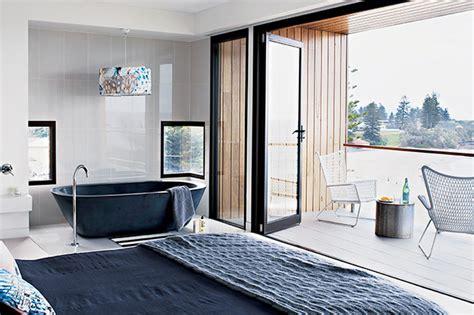 chambre avec salle de bain ouverte architecture contemporaine en bord de mer frenchy fancy