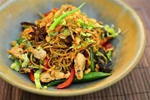 nouilles chinoises saut 233 es au poulet parfum 233 la recette facile
