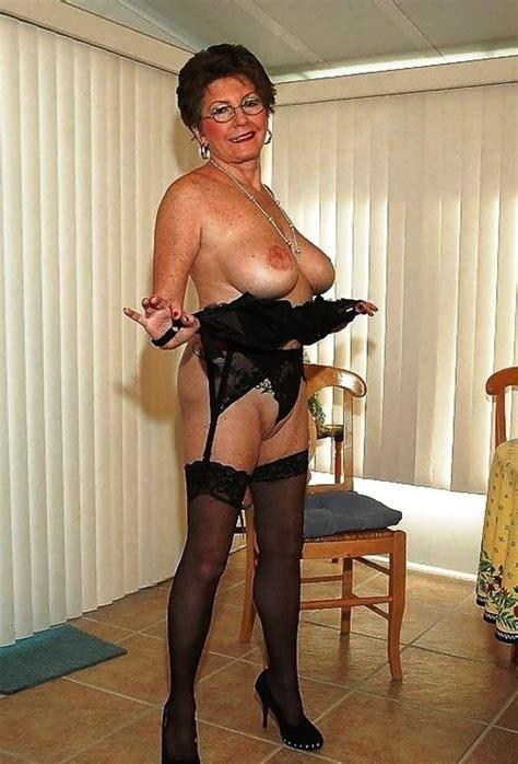 Mamie En Lingerie Est Très Sexy