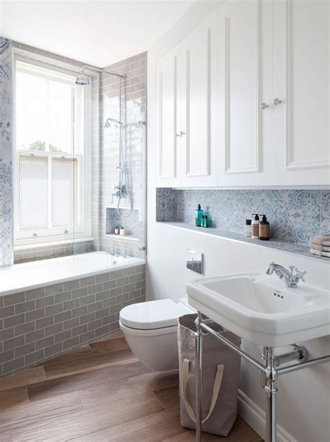 kleine und moderne badezimmer mit fenster und badewanne