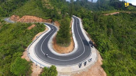 jalan akses menuju kawasan wisata mandeh  sumatera barat