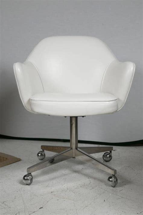 saarinen for knoll desk chair on chrome swivel base in