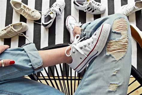 Weiße Schuhe Mit Backpulver Reinigen lifehack 8 tipps wie schuhe sneakers wieder wei 223