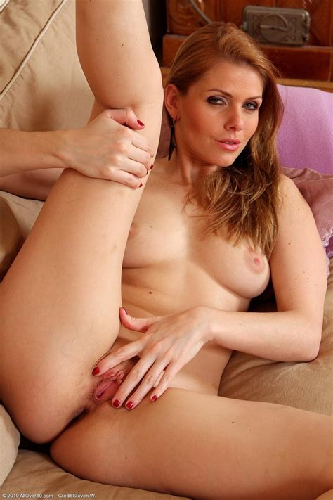 Hot Horny Milf Getting Naked And Horny Pichunter