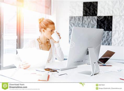 employe de bureau employé de bureau attirant s 39 asseyant au bureau photo